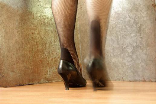 prullenbak met voetjes ernaar toe